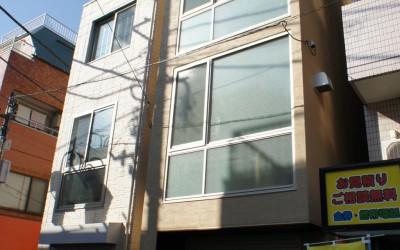 商店街ビルのファサード写真