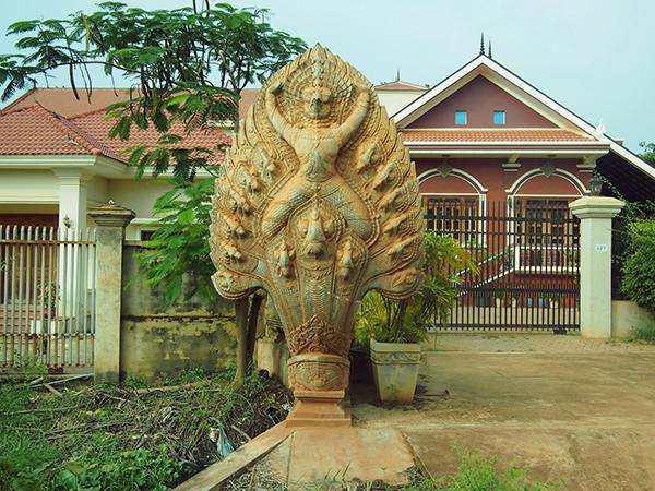 家の前にある蛇神ナーガ像