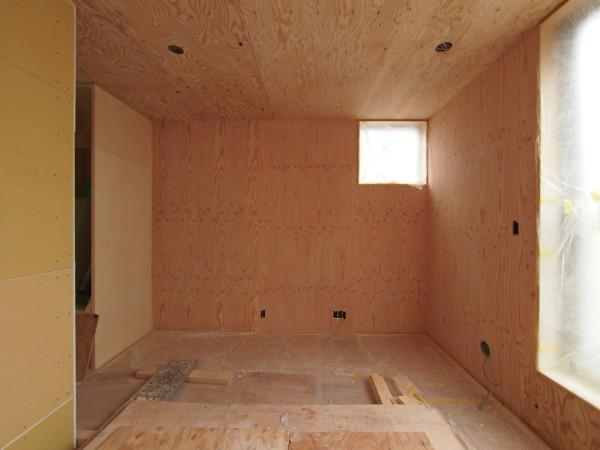 東壁の構造用合板リボスカルデッドホワイト1回塗り