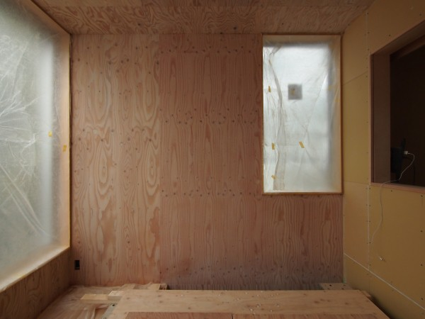 西壁の構造用合板リボスカルデッドホワイト1回塗り