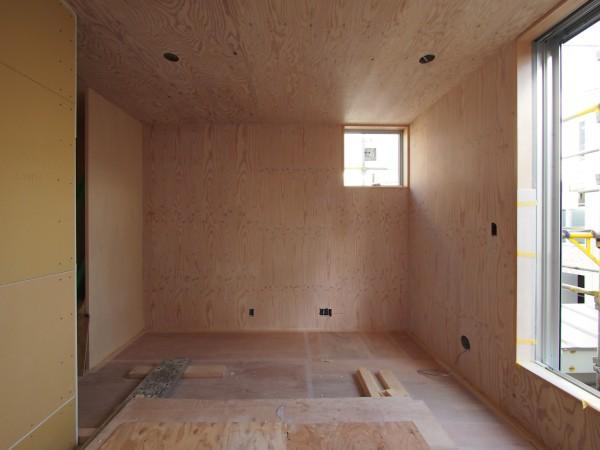東壁の構造用合板リボスカルデッドホワイト2回塗り