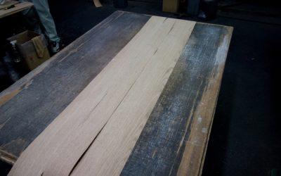 突き板工場で柄の打ち合せ