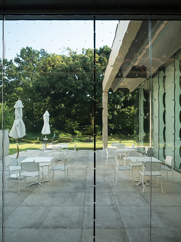 庭園美術館 中廊下のガラス