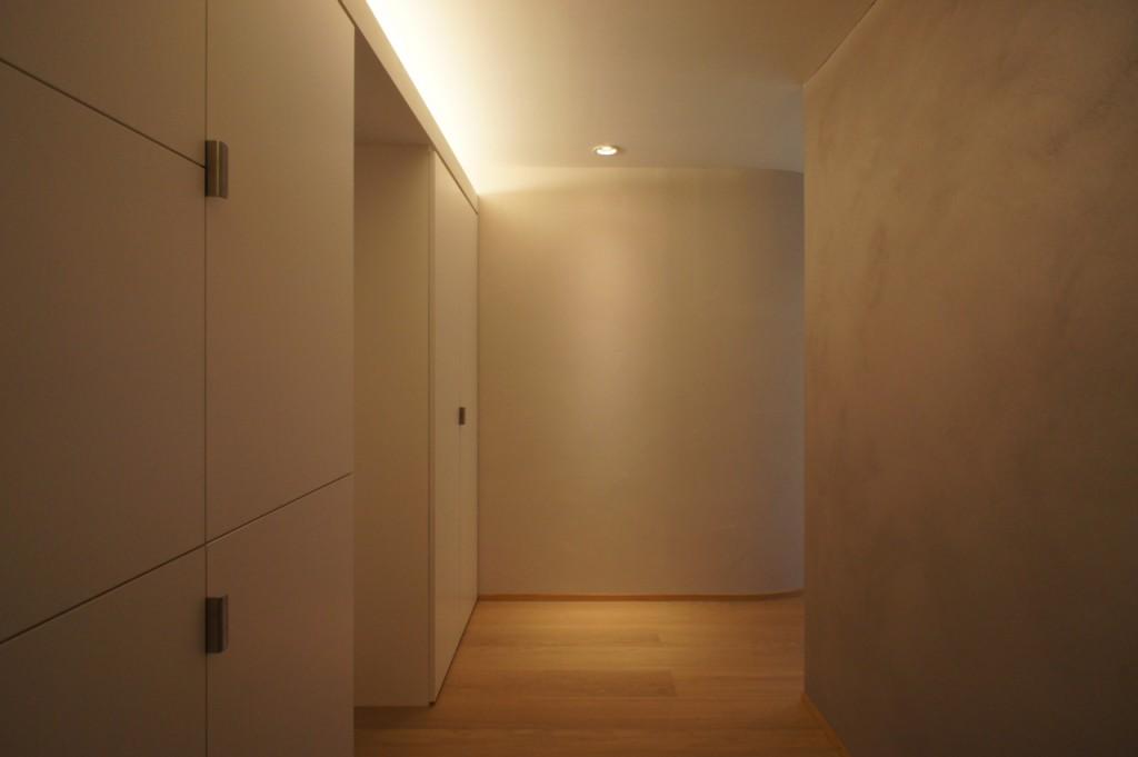 カーブした壁が玄関から居間へと誘う