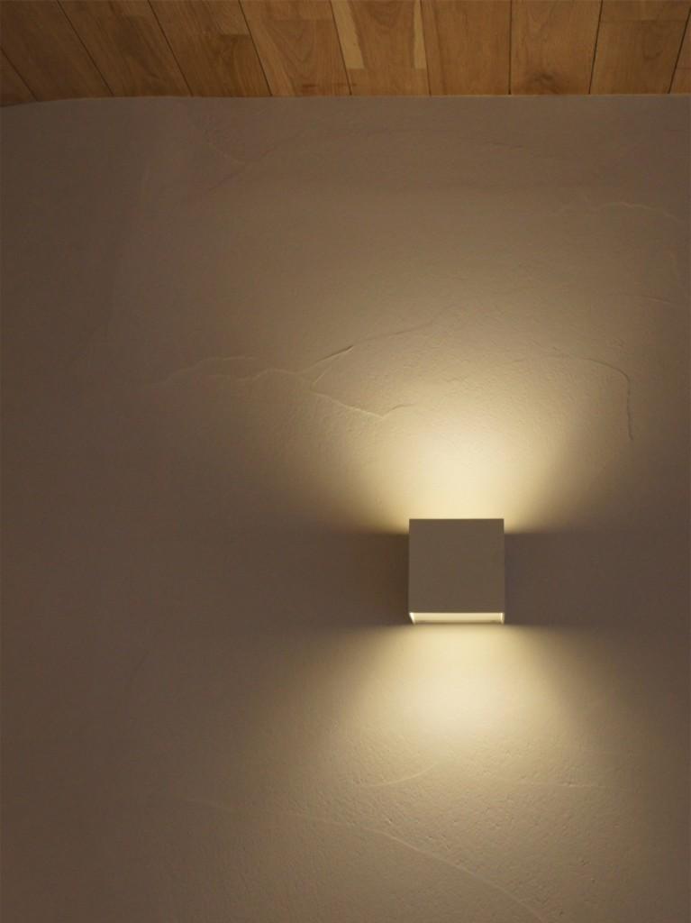 間接光が左官の表情を映し出す