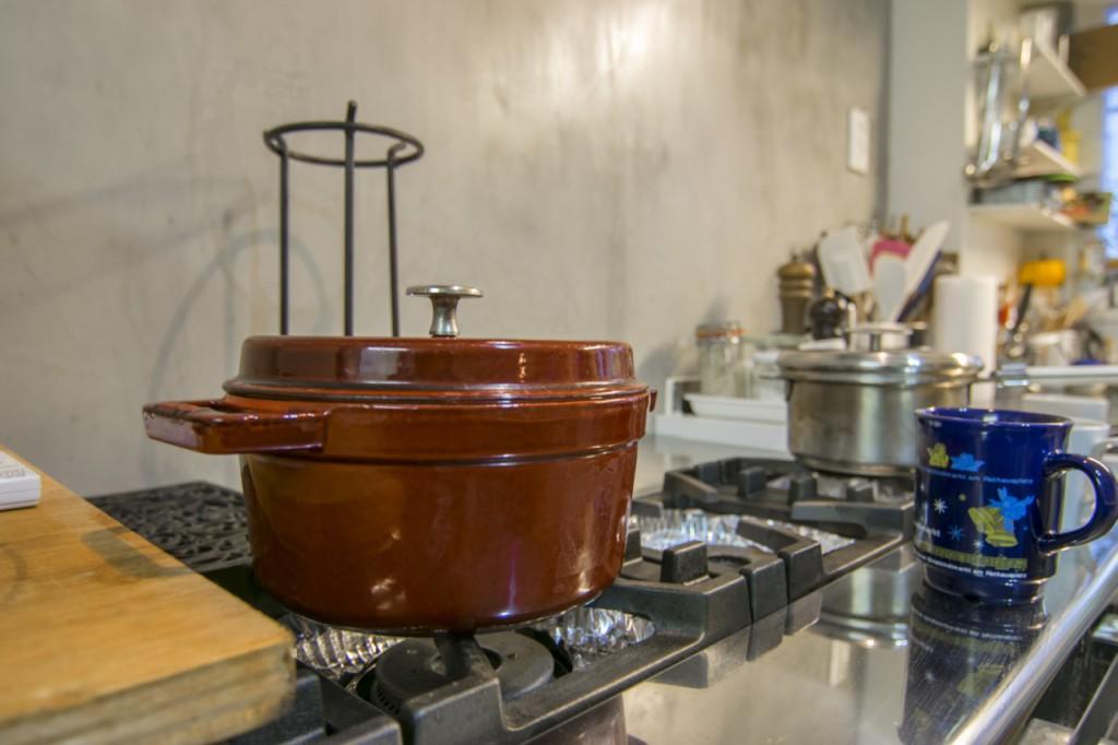 鍋とモルタル壁