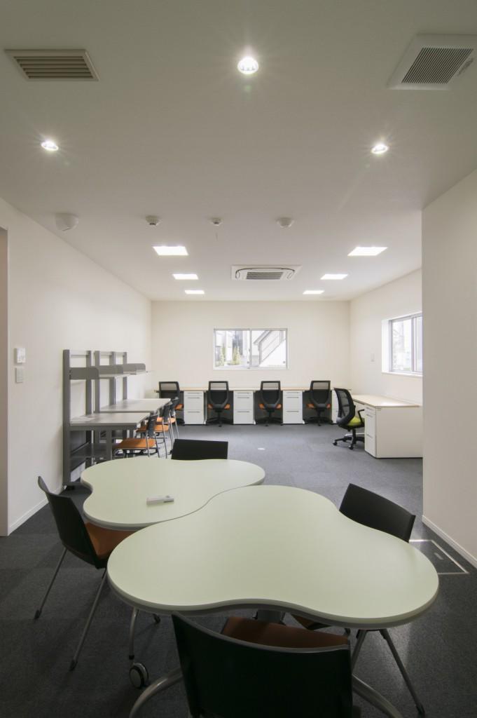 ミーティングスペースと事務室