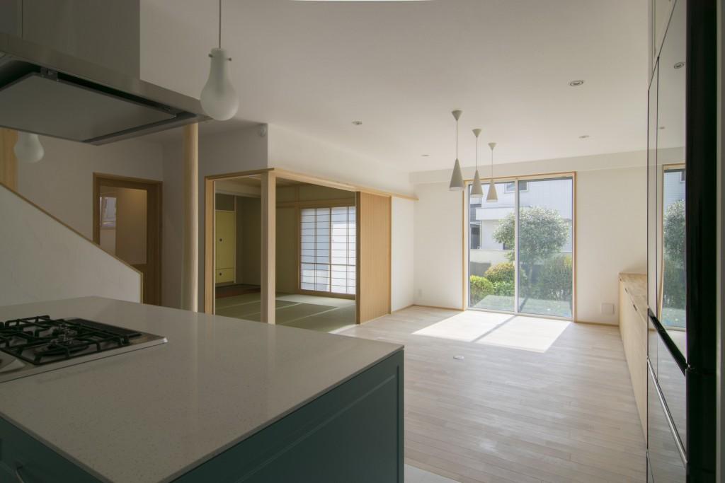 キッチンから和室とダイニングスペースを見る