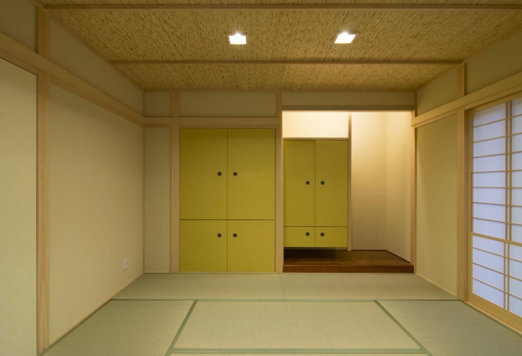 和室の押入れと床の間と仏間