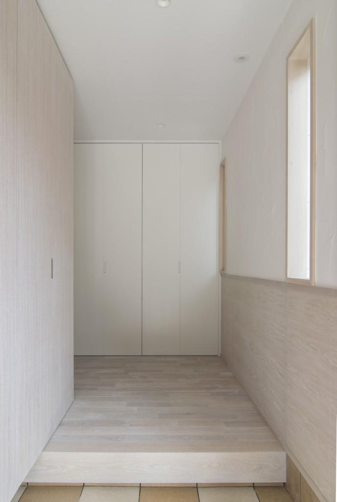 オークのホワイト塗装でまとめた玄関