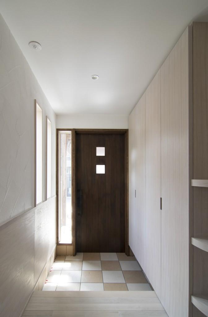 玄関ドアは隠しドアクローザーを採用してすっきりと