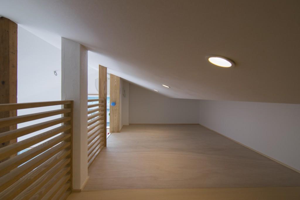 ロフトスペースは天井は低いが明るい