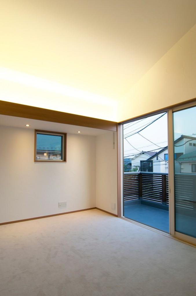 勾配天井は間接照明で照らす
