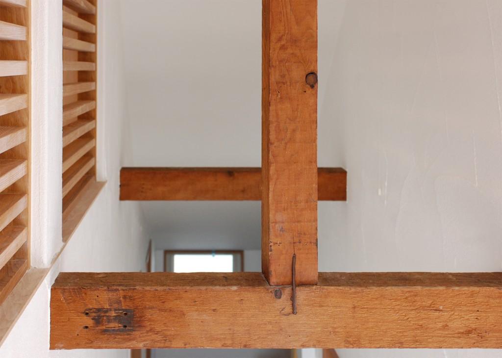 古い梁が新しい仕上げと程よいコントラストを生み出す