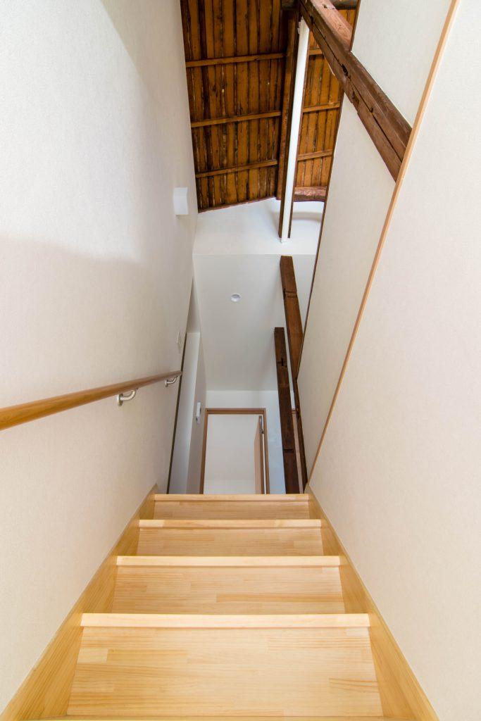 YK HOUSE 2F 階段