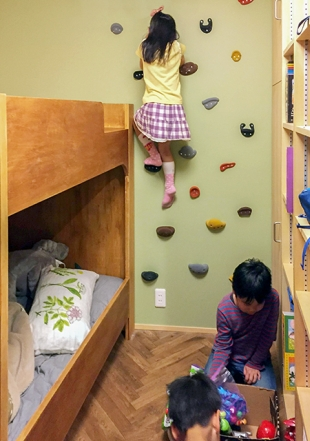 子ども室でボルダリング