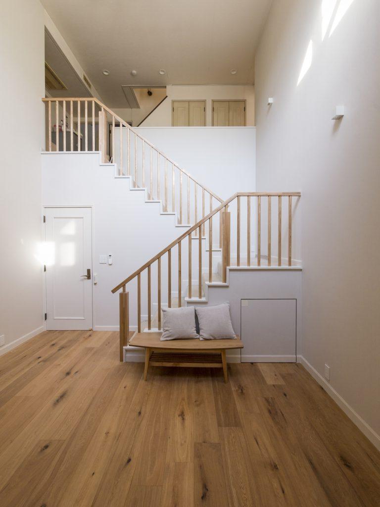 吹き抜けに面した階段室