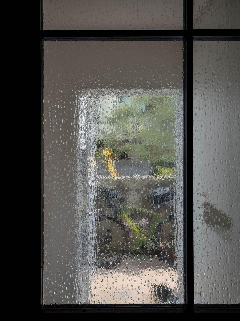 壁孔の家 ドアのガラス
