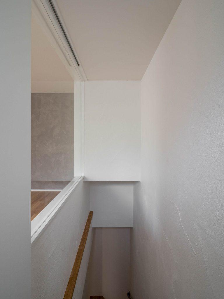 壁孔の家 階段見返り