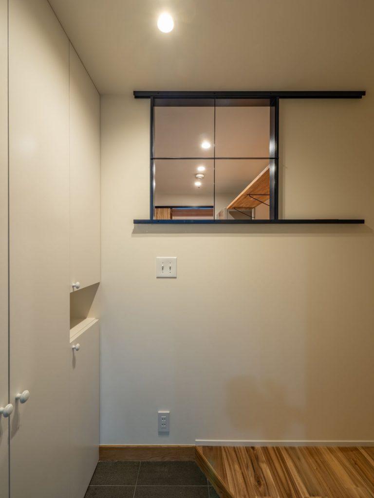 風窓の家 玄関からキッチン