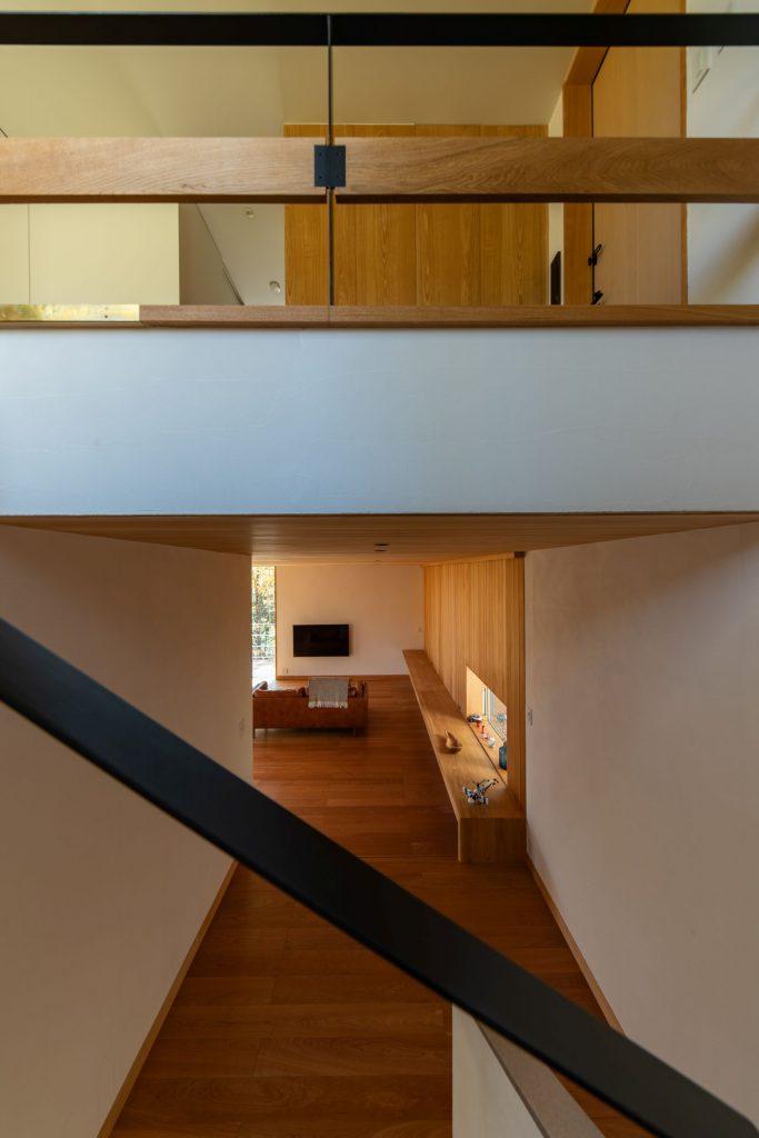 階段からLDKと玄関ホールを見る