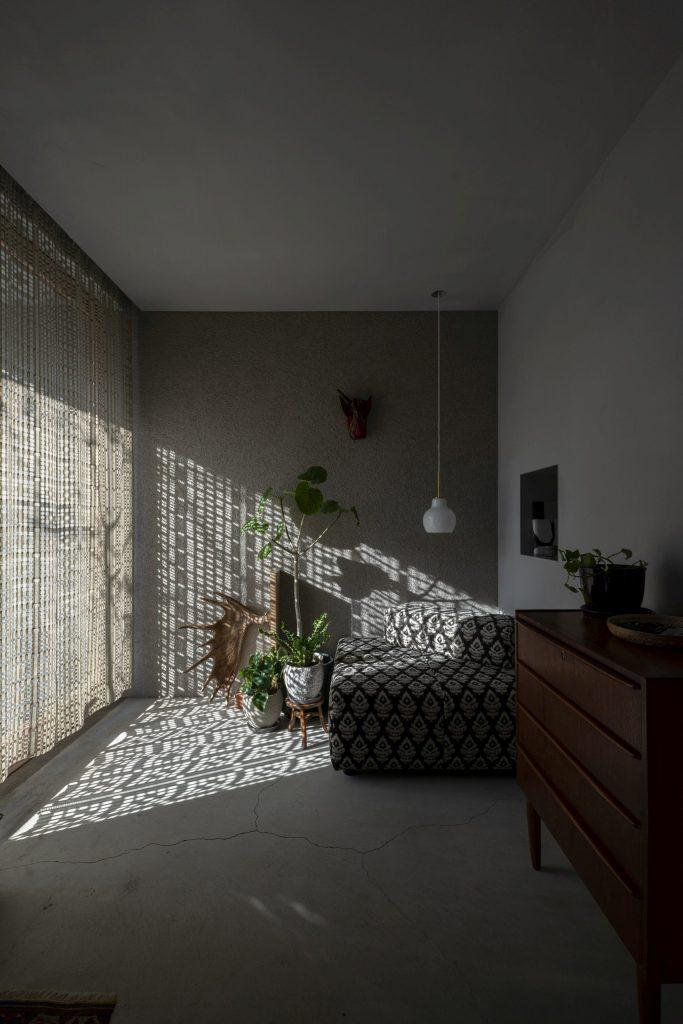 玄関とカーテン
